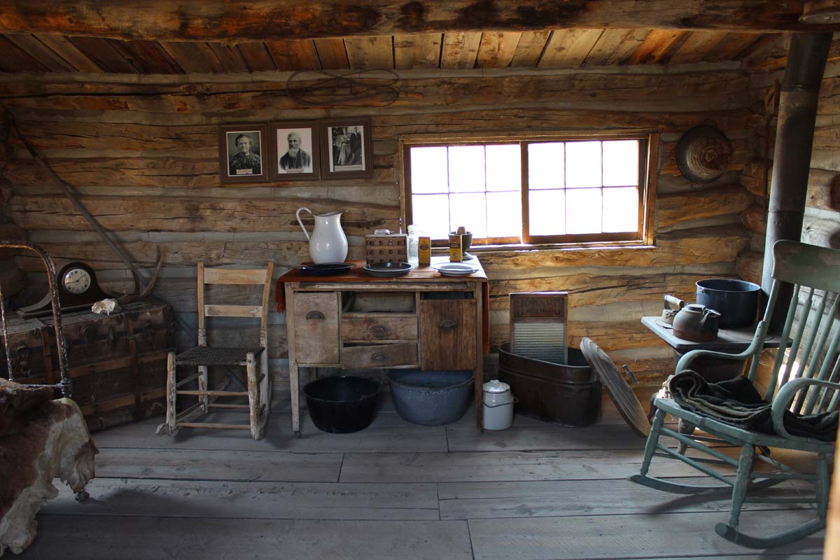 Cody old trail town cabin interior busybeetraveler for Small cabin interiors photos