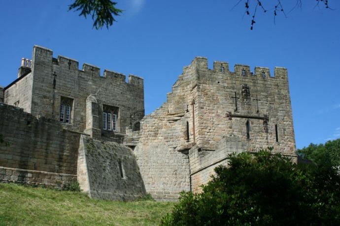 Eng- prudhoe castle w:crosses