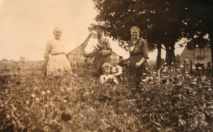 W.T. & Nancy Head, children, barns