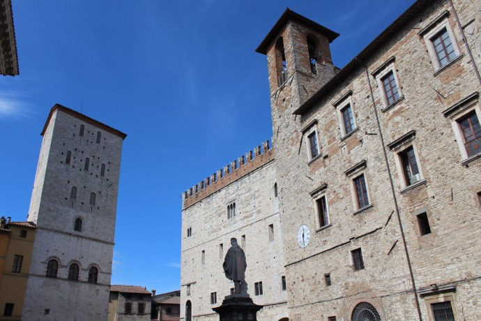 Todi, bldgs with Garibaldi statue back