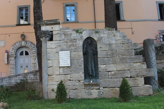 Todi Tempio di San Fortunato sign, statue