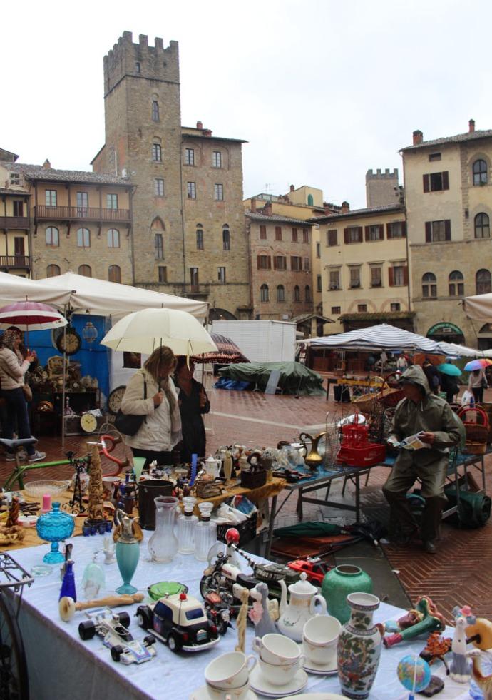 Arezzo antique fair piazza vert