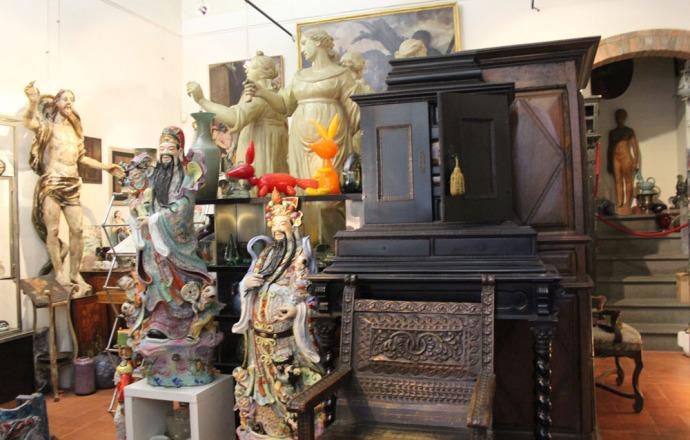 Arezzo antique shop statues & furniture