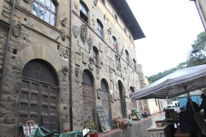 Arezzo coat of arms building