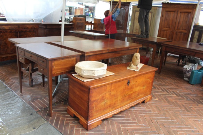 Arezzo fine furniture booth