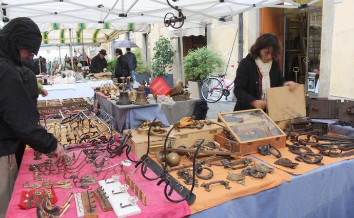 Arezzo furniture hardware booth