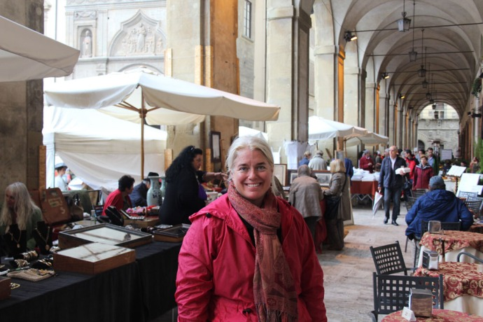 Arezzo Jamie, antique fair portico