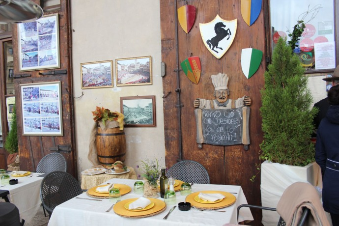 Arezzo restaurant table & coat of arms