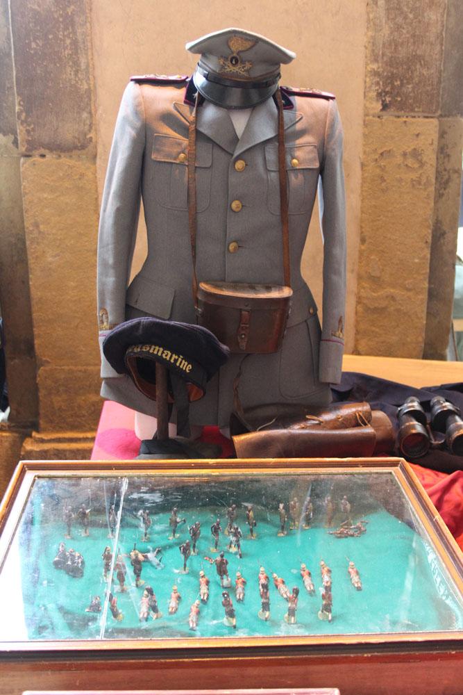 Arezzo vert military uniform & figures