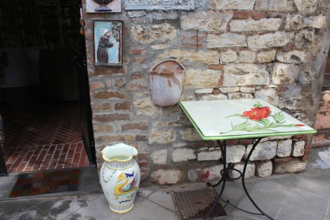 Castiglione del Lago ceramics, poppy table