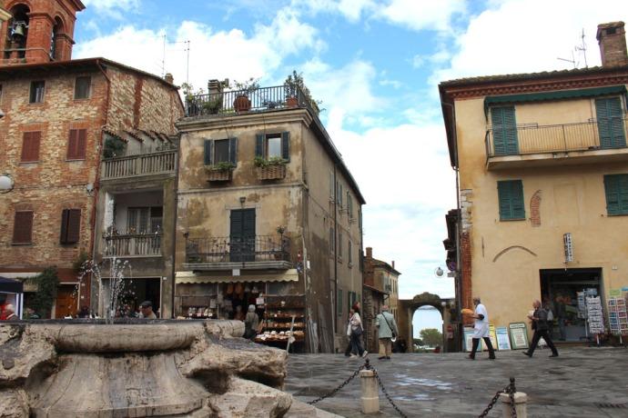 Castiglione del Lago fountain & gate to lake