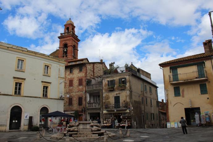 Castiglione del Lago piazza and fountain