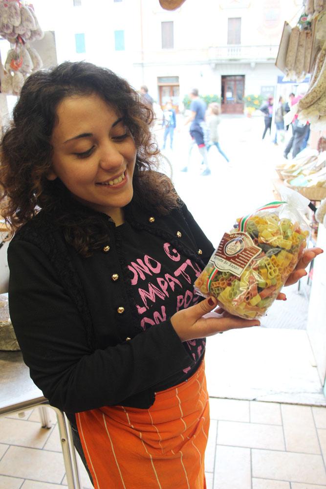 Castiglione del Lago shop girl, pasta