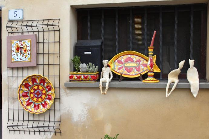 Castiglione del Lago yellow & red ceramics, ledge figures