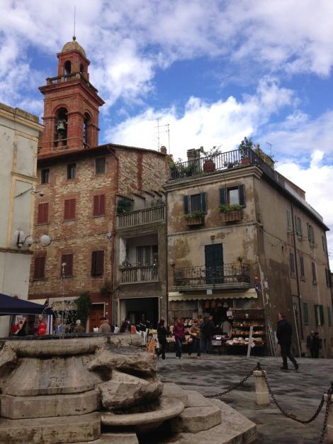 Castiglione piazza fountain vert view