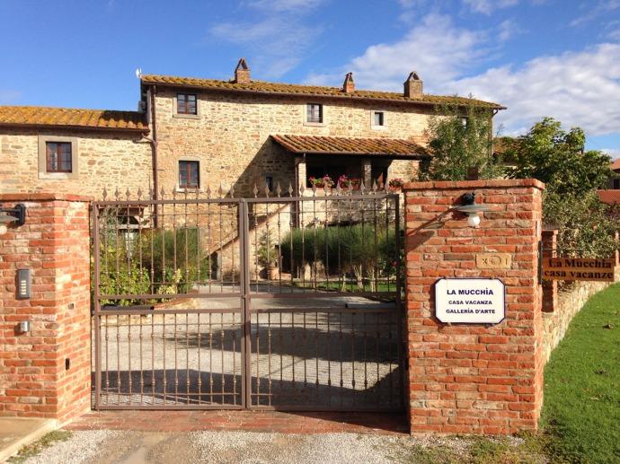La Mucchia Casa Vacanze gate view, blue sky