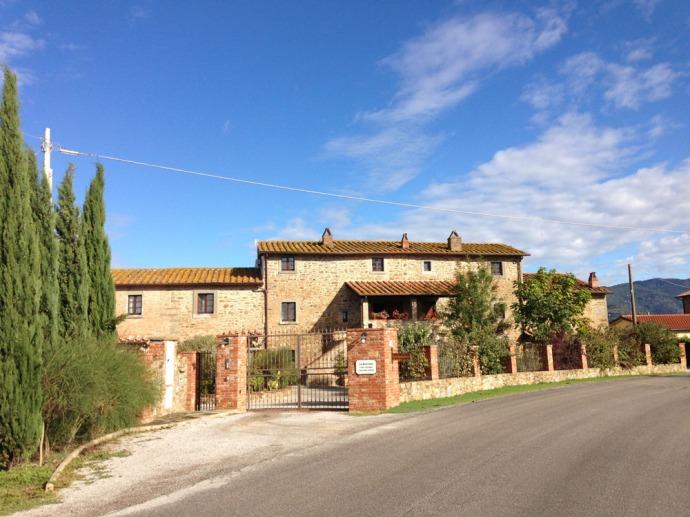 La Mucchia Casa Vacanze road view, blue sky