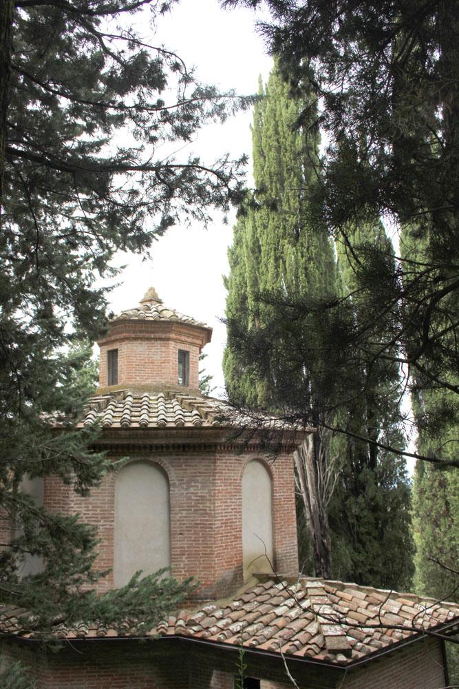 Monte Oliveto little building on road