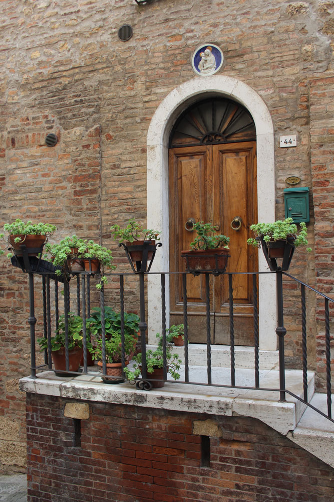 Montepulciano pots on rail