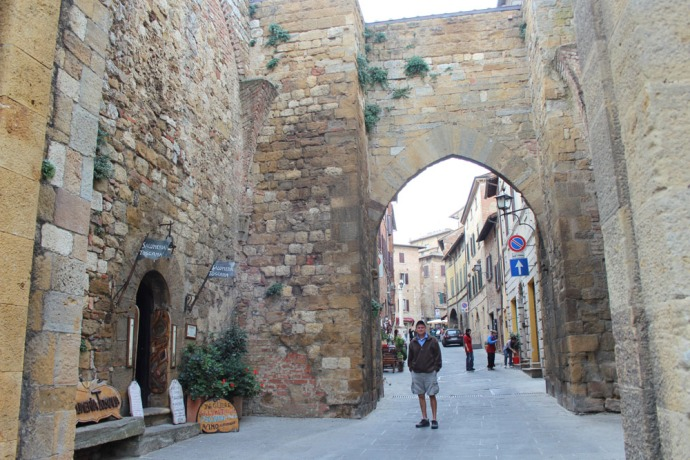 Montepulciano Wally under gate