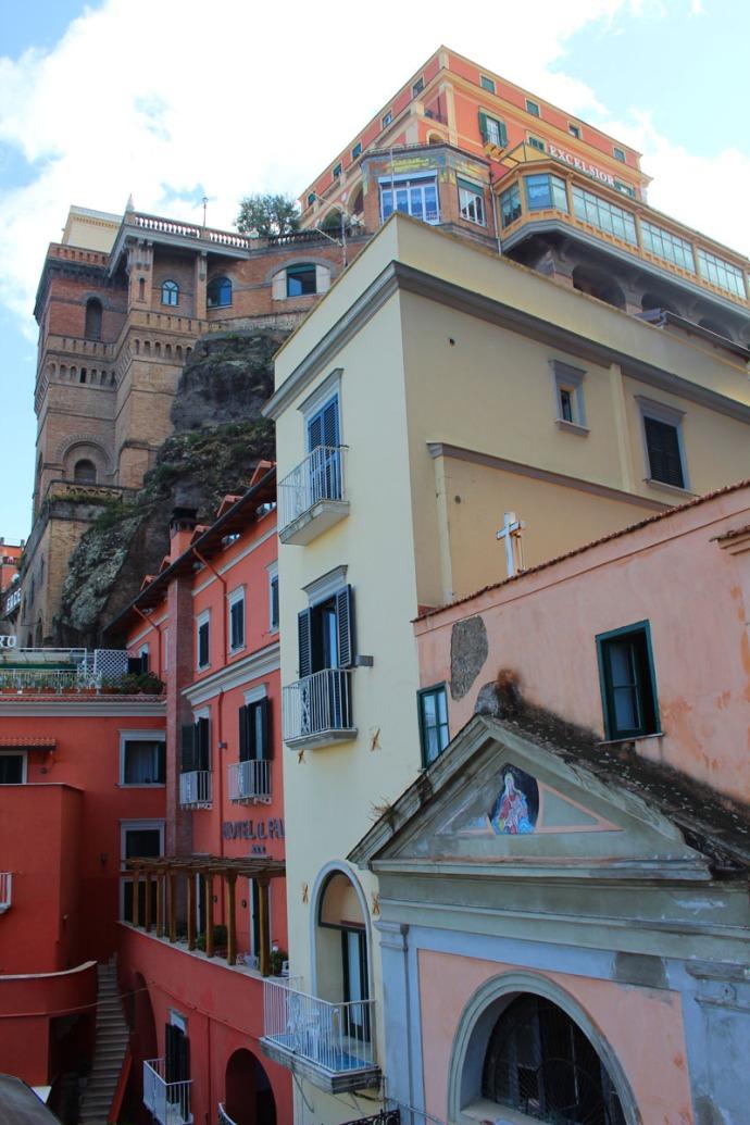 Sorrento buildings on cliff vert