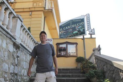 Massa Il Cantuccio, Wally on steps, sign