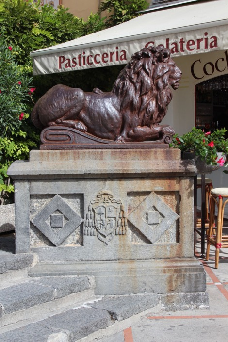 Positano lion sculpture at steps