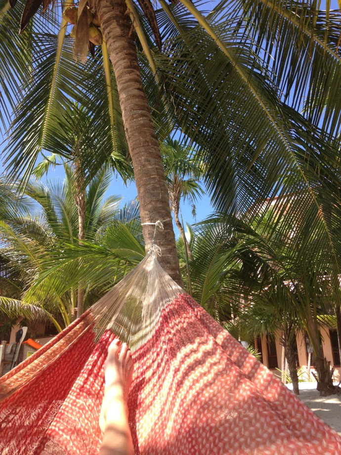Uxibal red hammock, feet & palm vert
