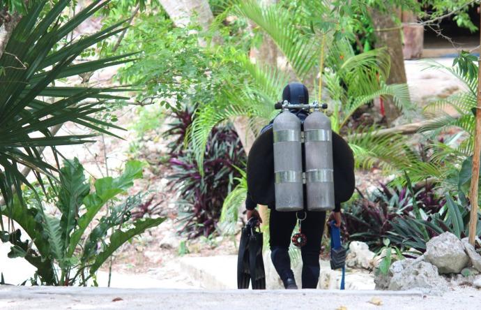 Dos Ojos diver going down steps