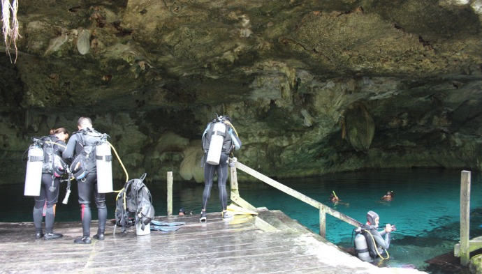 Dos Ojos divers preparing